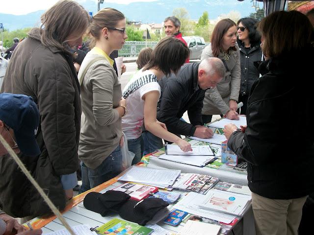 2012 20120415 1193738523 - 14.04.2012 - BOLZANO - TAVOLO INFORMATIVO CONTRO LA CACCIA E SULL'ALIMENTAZIONE VEGANA - 2012-