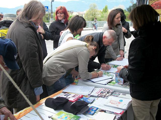 2012 20120415 1487989702 - 14.04.2012 - BOLZANO - TAVOLO INFORMATIVO CONTRO LA CACCIA E SULL'ALIMENTAZIONE VEGANA - 2012-
