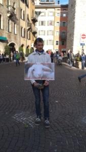 20150403 180948 576x1024 960x300 - TRENTO 03.04.2015 Volantinaggio in centro insieme ad altri animalisti indipendenti contro il massacro Pasquale di agnelli e capretti - 2015-