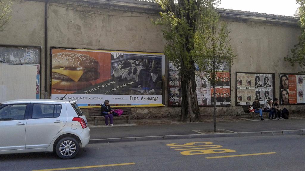 20150410 163828 - TRENTO - AFFISSIONE MANIFESTI 6 X 3 SUL TEMA DEL VEGANISMO dal 23 marzo al 6 aprile 2015. Via Giusti, Piazzetta da Vinci, Viale Degasperi
