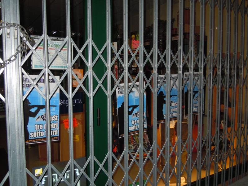 armeria 2000 vetrate tappez 20130212 2010247861 - Rovigo Tappezzate le vetrate dell'armeria 2000