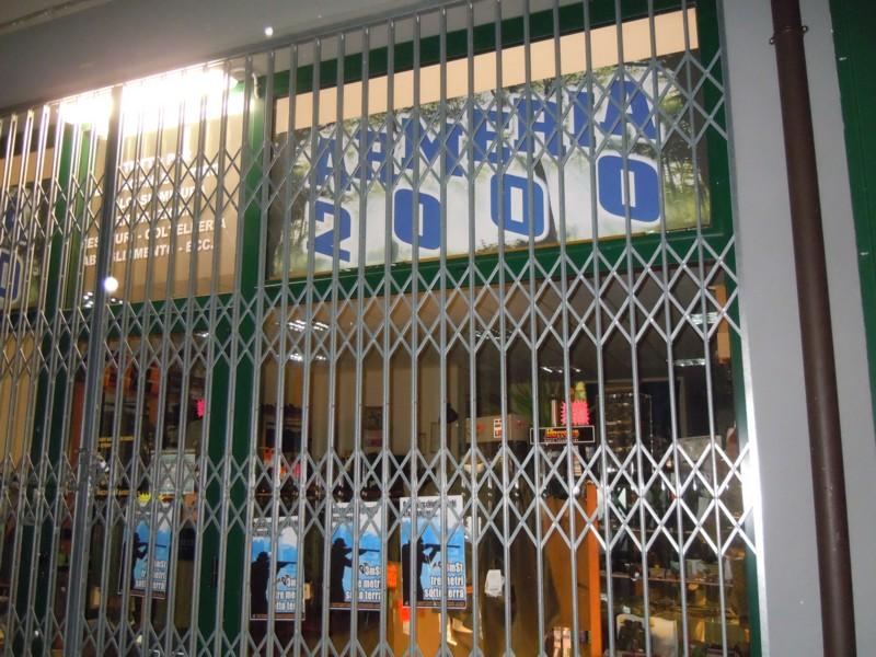armeria 2000 vetrate tappezzate 20110221 1070532018 - Rovigo Tappezzate le vetrate dell'armeria 2000