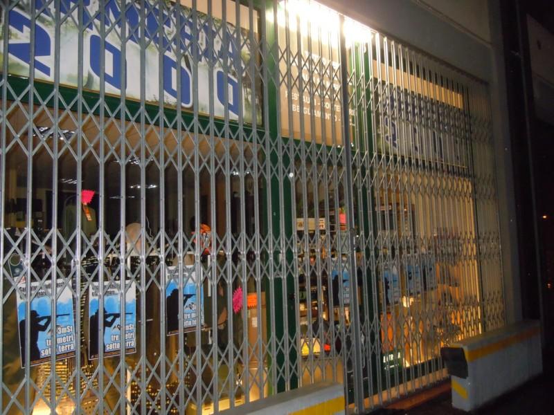 armeria 2000 vetrate tappezzate 20110221 1101469012 - Rovigo Tappezzate le vetrate dell'armeria 2000
