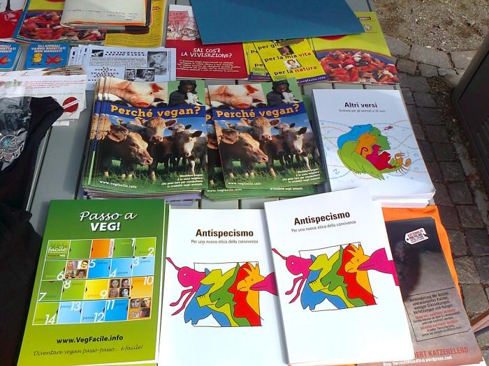 bolzano 14042012   tavolo informativo su caccia e alimentazione ve 20130212 1049129847 - 14.04.2012 - BOLZANO - TAVOLO INFORMATIVO CONTRO LA CACCIA E SULL'ALIMENTAZIONE VEGANA - 2012-