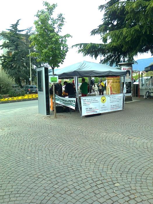 bolzano 14042012   tavolo informativo su caccia e alimentazione ve 20130212 1286480585 - 14.04.2012 - BOLZANO - TAVOLO INFORMATIVO CONTRO LA CACCIA E SULL'ALIMENTAZIONE VEGANA - 2012-