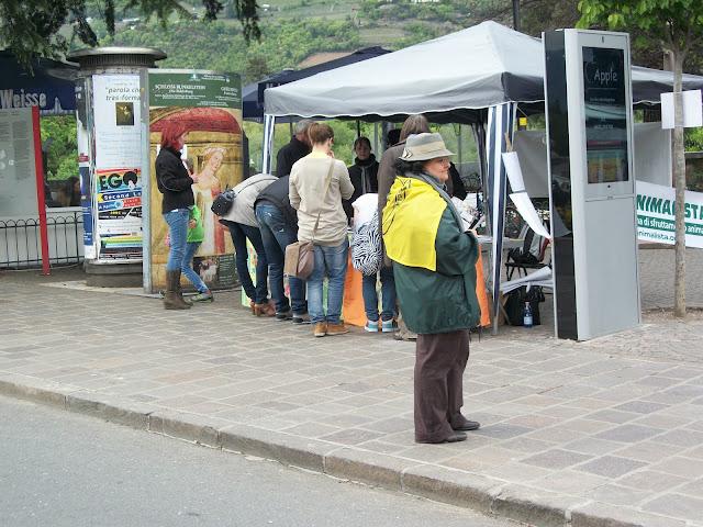 bolzano 14 04  20130212 2098944200 - 14.04.2012 - BOLZANO - TAVOLO INFORMATIVO CONTRO LA CACCIA E SULL'ALIMENTAZIONE VEGANA - 2012-