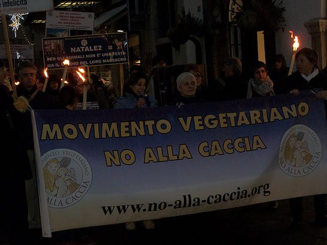 fiaccolata per gli ani 20130212 1187946322 - 03 dicembre 2011 Trento fiaccolata per denunciare lo sterminio degli animali nel periodo natalizio (e non solo!) - 2011-