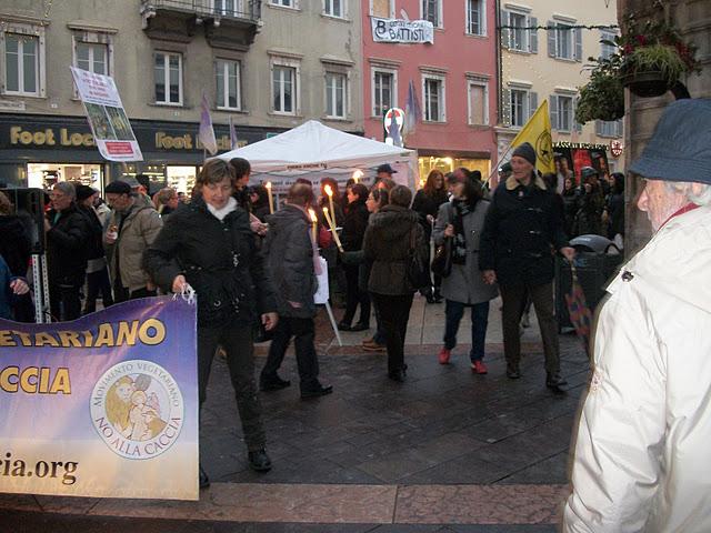 fiaccolata per gli ani 20130212 1457314543 - 03 dicembre 2011 Trento fiaccolata per denunciare lo sterminio degli animali nel periodo natalizio (e non solo!)