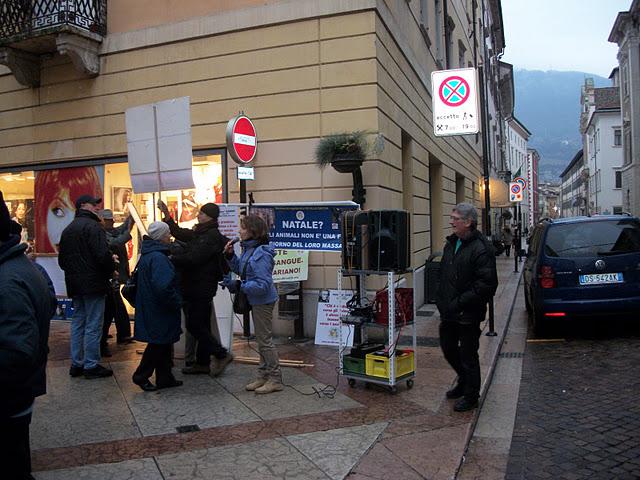 fiaccolata per gli ani 20130212 1635035581 - 03 dicembre 2011 Trento fiaccolata per denunciare lo sterminio degli animali nel periodo natalizio (e non solo!)