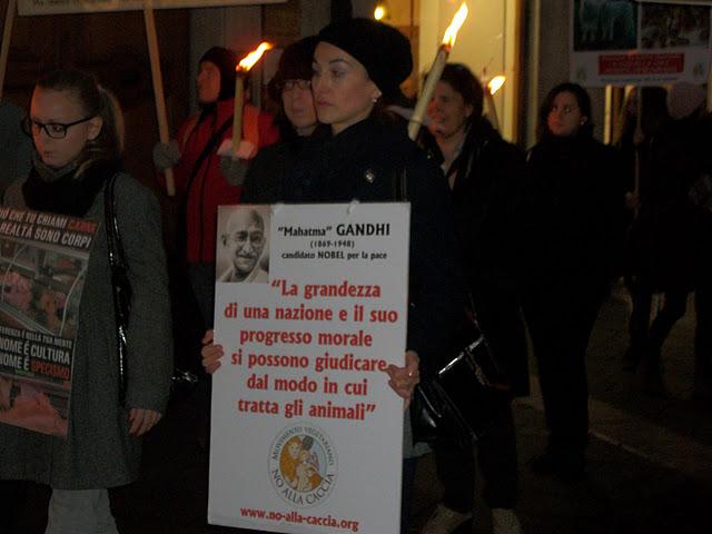 fiaccolata per gli ani 20130212 1744457975 - 03 dicembre 2011 Trento fiaccolata per denunciare lo sterminio degli animali nel periodo natalizio (e non solo!) - 2011-