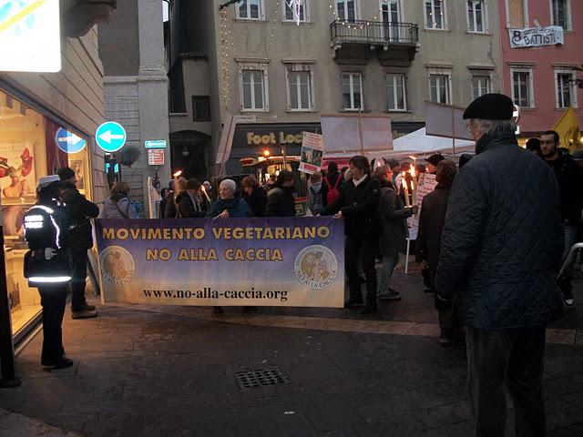 fiaccolata per gli ani 20130212 1787924119 - 03 dicembre 2011 Trento fiaccolata per denunciare lo sterminio degli animali nel periodo natalizio (e non solo!)