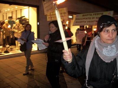 fiaccolata per gli ani 20130212 1834035409 960x300 - 03 dicembre 2011 Trento fiaccolata per denunciare lo sterminio degli animali nel periodo natalizio (e non solo!) - 2011-
