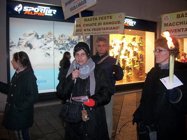 fiaccolata per gli animali 20111210 1204420901 - 03 dicembre 2011 Trento fiaccolata per denunciare lo sterminio degli animali nel periodo natalizio (e non solo!)