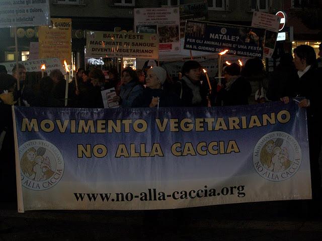 fiaccolata per gli animali 20111210 1280620614 - 03 dicembre 2011 Trento fiaccolata per denunciare lo sterminio degli animali nel periodo natalizio (e non solo!) - 2011-