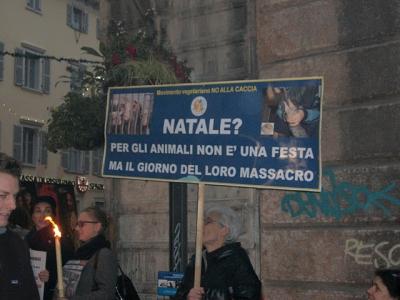 fiaccolata per gli animali 20111210 1348270119 960x300 - 03 dicembre 2011 Trento fiaccolata per denunciare lo sterminio degli animali nel periodo natalizio (e non solo!) - 2011-