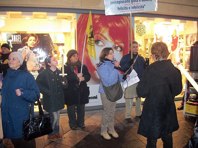 fiaccolata per gli animali 20111210 1364980212 - 03 dicembre 2011 Trento fiaccolata per denunciare lo sterminio degli animali nel periodo natalizio (e non solo!) - 2011-