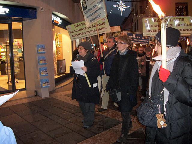fiaccolata per gli animali 20111210 1434921530 - 03 dicembre 2011 Trento fiaccolata per denunciare lo sterminio degli animali nel periodo natalizio (e non solo!) - 2011-