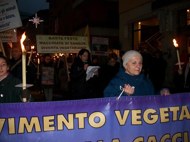 fiaccolata per gli animali 20111210 1522206984 - 03 dicembre 2011 Trento fiaccolata per denunciare lo sterminio degli animali nel periodo natalizio (e non solo!)