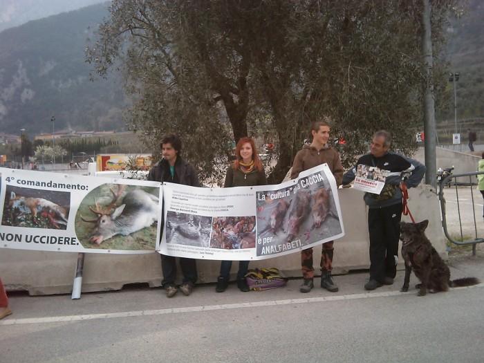 img 1768 20110327 1085314045 1 - Riva del Garda 26.03 - Sit-in contro la fiera della caccia e della pesca