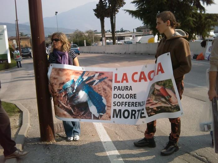 img 1784 20110327 1355573362 - Riva del Garda 26.03 - Sit-in contro la fiera della caccia e della pesca