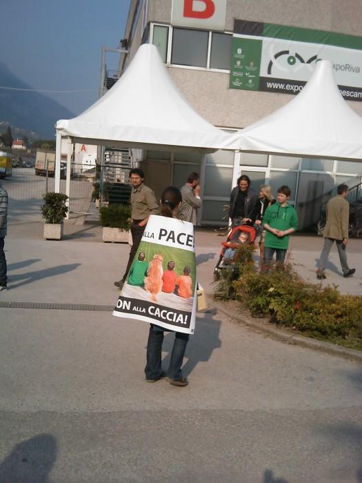 img 1789 20110327 1168046027 - Riva del Garda 26.03 - Sit-in contro la fiera della caccia e della pesca