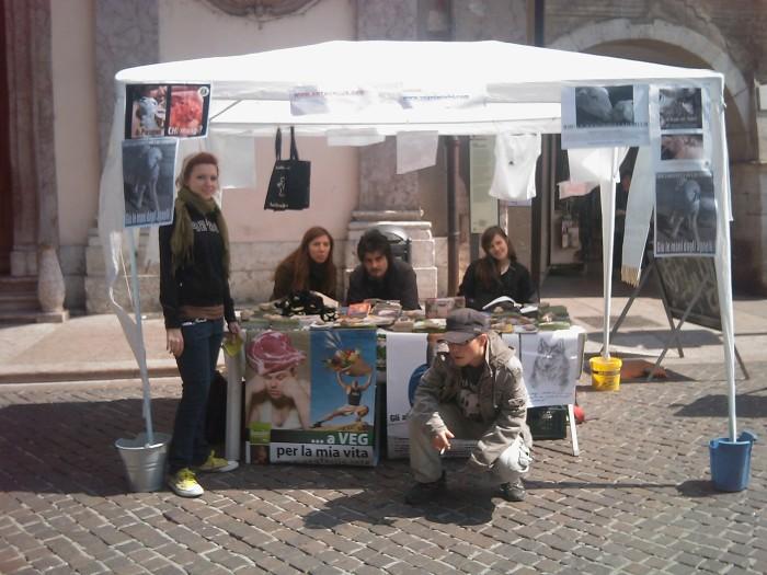 img 1873 20110417 1711593023 1 - 16 aprile 2011 - TAVOLO INFORMATIVO SU MASSACRO AGNELLI E CAPRETTI PERIODO PASQUALE - 2011-