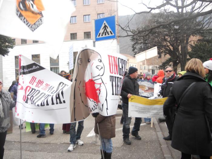 manifestazione contro lo sfruttamento degli animali 20120205 1708884763 - Bolzano 04.02.2012 manifestazione contro lo sfruttamento degli animali