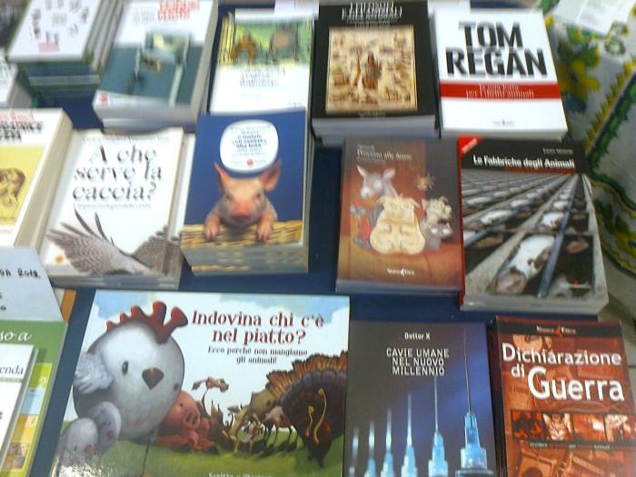 mostra animalista sui macelli 20111101 1334160187 - FA' LA COSA GIUSTA 2011 - MOSTRA ANIMALISTA