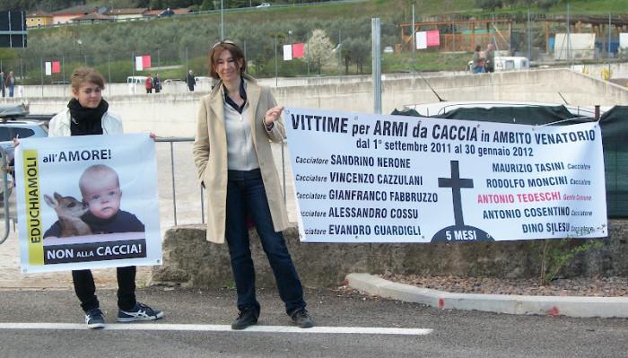 presidio riva del garda davanti alla fiera della caccia e della pesca   31032012 20120401 1057410243 - Presidio alla Fiera Caccia e Pesca di Riva del Garda 31.03.2012 - 2012-