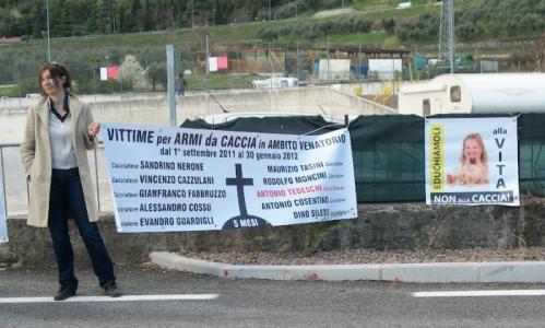 presidio riva del garda davanti alla fiera della caccia e della pesca   31032012 20120401 1307689508 960x300 - Presidio alla Fiera Caccia e Pesca di Riva del Garda 31.03.2012 - 2012-