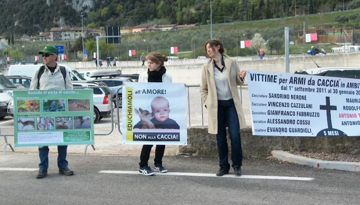 presidio riva del garda davanti alla fiera della caccia e della pesca   31032012 20120401 1941676346 - Presidio alla Fiera Caccia e Pesca di Riva del Garda 31.03.2012 - 2012-