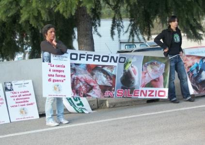 presidio riva del garda davanti alla fiera della caccia e della pesca   31032012 20120401 2018600385 960x300 - Presidio alla Fiera Caccia e Pesca di Riva del Garda 31.03.2012 - 2012-