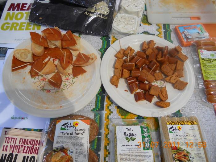 tavoli animalisti 20110802 1099446900 - FESTA DELLE ASSOCIAZIONI - LOC. 7 LARICI - COREDO (TN) - 31.07.2011