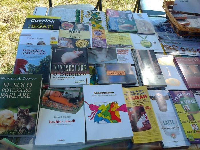 tavoli animalisti 20110805 1938303491 - FESTA DELLE ASSOCIAZIONI - LOC. 7 LARICI - COREDO (TN) - 31.07.2011