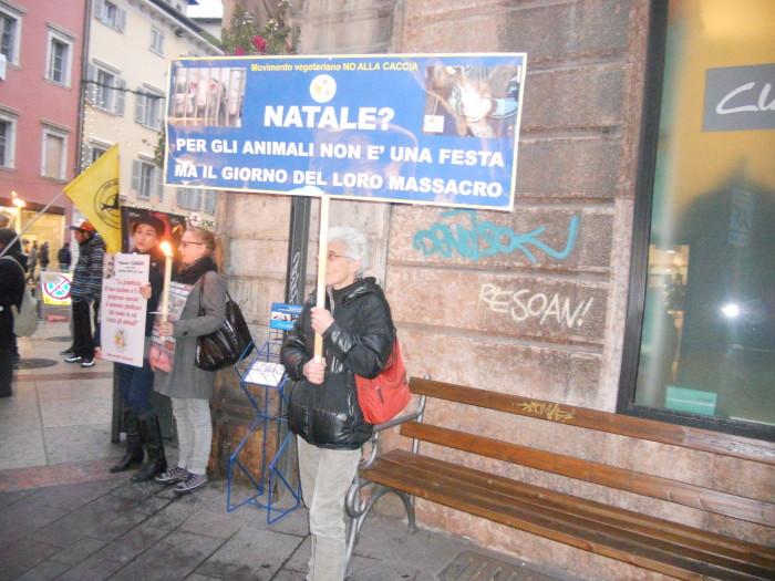 trento 03 dicembre fiacco 20130212 1183514282 - 03 dicembre 2011 Trento fiaccolata per denunciare lo sterminio degli animali nel periodo natalizio (e non solo!)