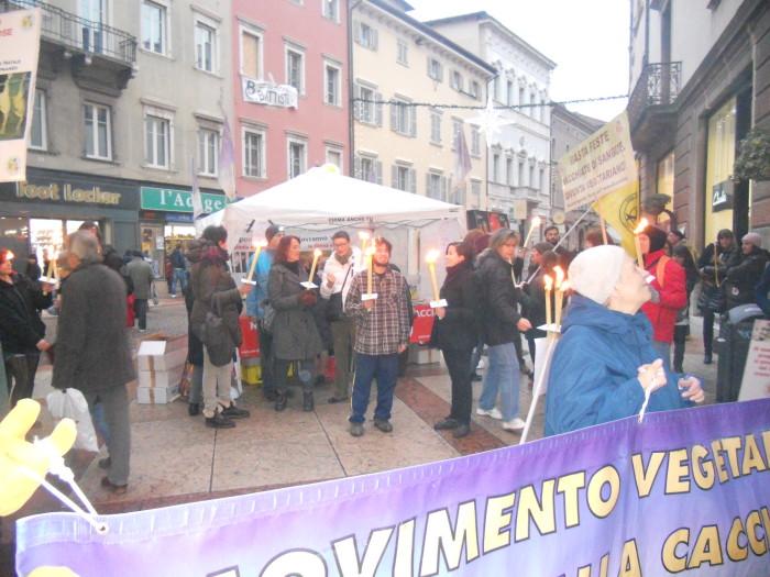 trento 03 dicembre fiaccolata 20111203 1274721083 - 03 dicembre 2011 Trento fiaccolata per denunciare lo sterminio degli animali nel periodo natalizio (e non solo!)