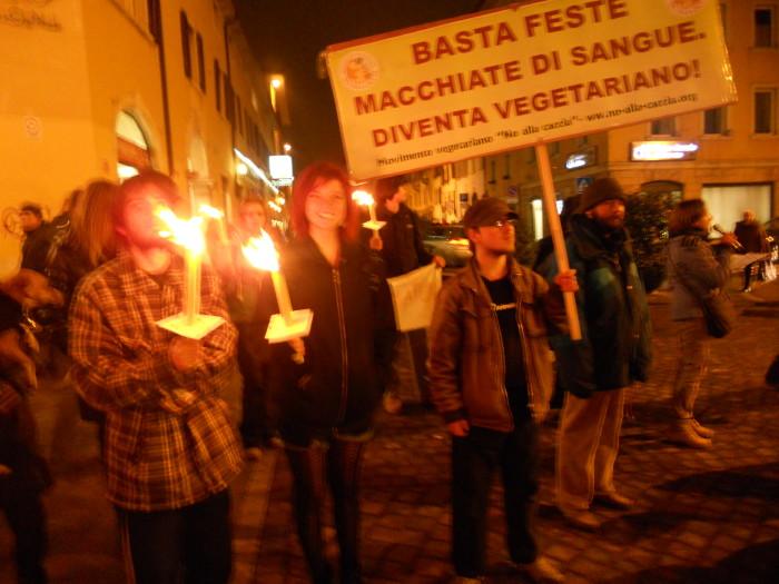 trento 03 dicembre fiaccolata 20111203 1554168752 - 03 dicembre 2011 Trento fiaccolata per denunciare lo sterminio degli animali nel periodo natalizio (e non solo!)