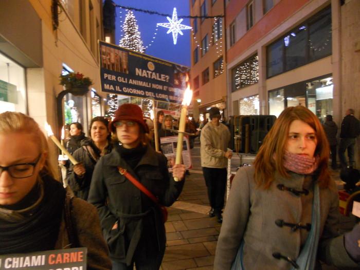 trento 03 dicembre fiaccolata 20111203 1751317343 - 03 dicembre 2011 Trento fiaccolata per denunciare lo sterminio degli animali nel periodo natalizio (e non solo!)