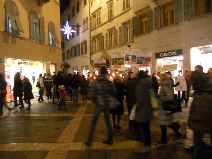 trento 03 dicembre fiaccolata 20111203 1782727582 - 03 dicembre 2011 Trento fiaccolata per denunciare lo sterminio degli animali nel periodo natalizio (e non solo!)