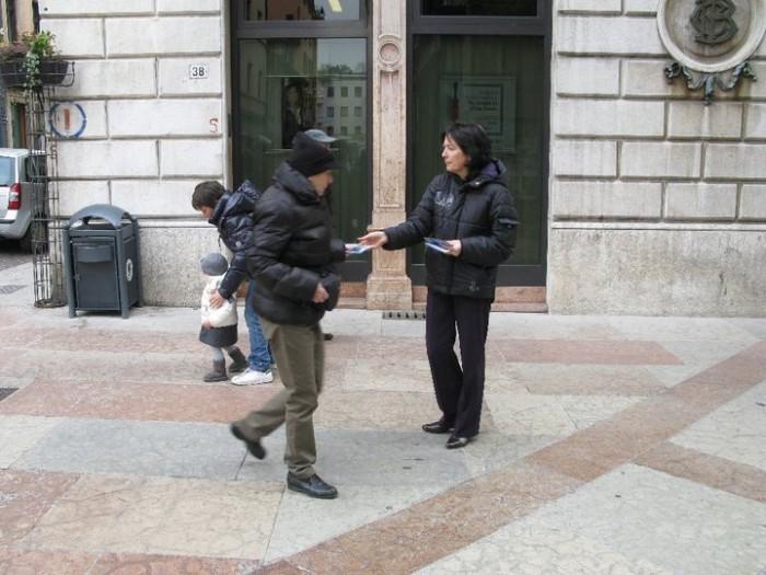 trento 12 marzo  20130212 1890098950 - TRENTO - 12.03.2011 - TAVOLO INFORMATIVO SULLA VIVISEZIONE - 2011-