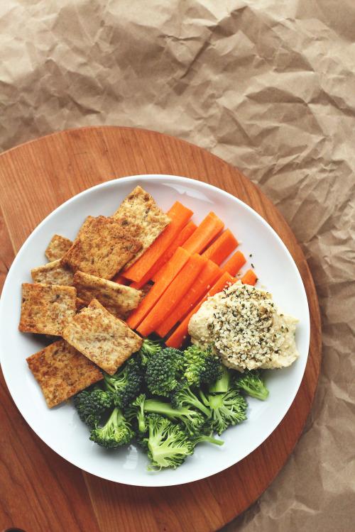 tumblr o298mqn34E1r6bchgo2 r1 500 1 - garden-of-vegan:  Garden veggie pita chips, broccoli florets,...