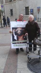 trento manifestazione pasqua difesa agnelli 17 576x1024 960x300 - Manifestazione a Trento in difesa degli agnelli a Pasqua 24-25-26 Marzo - 2016-