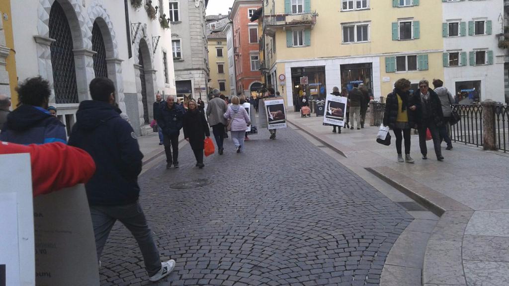 trento manifestazione pasqua difesa agnelli 9 - Manifestazione a Trento in difesa degli agnelli a Pasqua 24-25-26 Marzo - 2016-