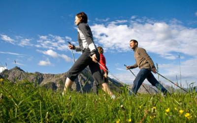 nordic walking2 400x250 1 - Nordic walking: benefici e tecnica della camminata nordica