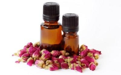 olio essenziale di rosa 400x250 - Olio essenziale di rosa: proprietà e utilizzi