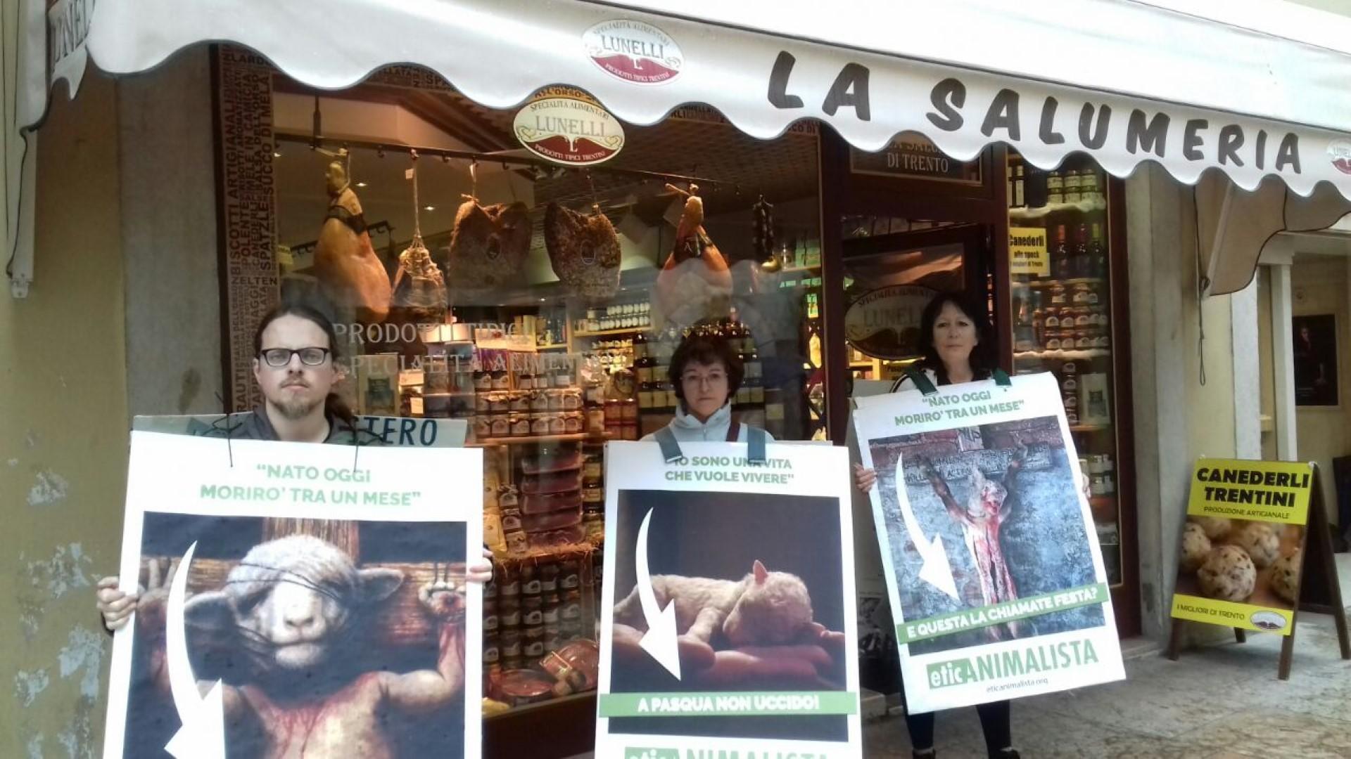 IMG 20170416 WA0020 - Manifestazione di protesta contro il massacro Pasquale degli agnelli e capretti 15 Aprile 2017