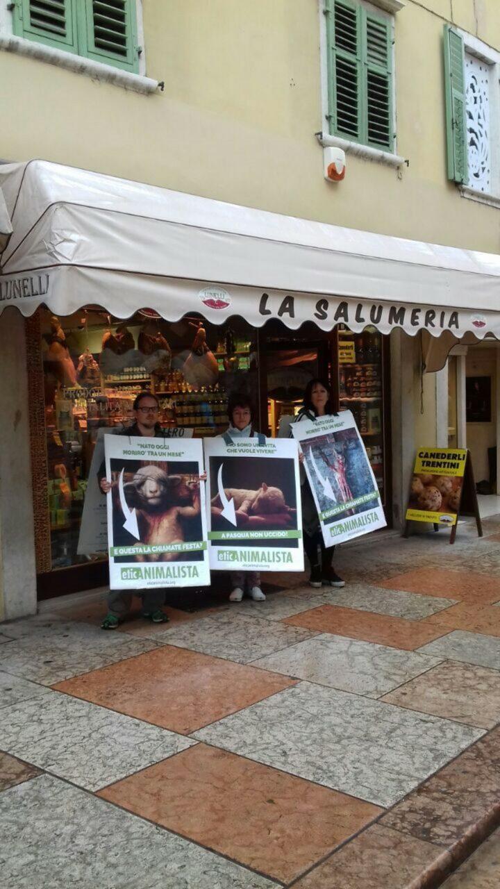 IMG 20170416 WA0024 - Manifestazione di protesta contro il massacro Pasquale degli agnelli e capretti 15 Aprile 2017