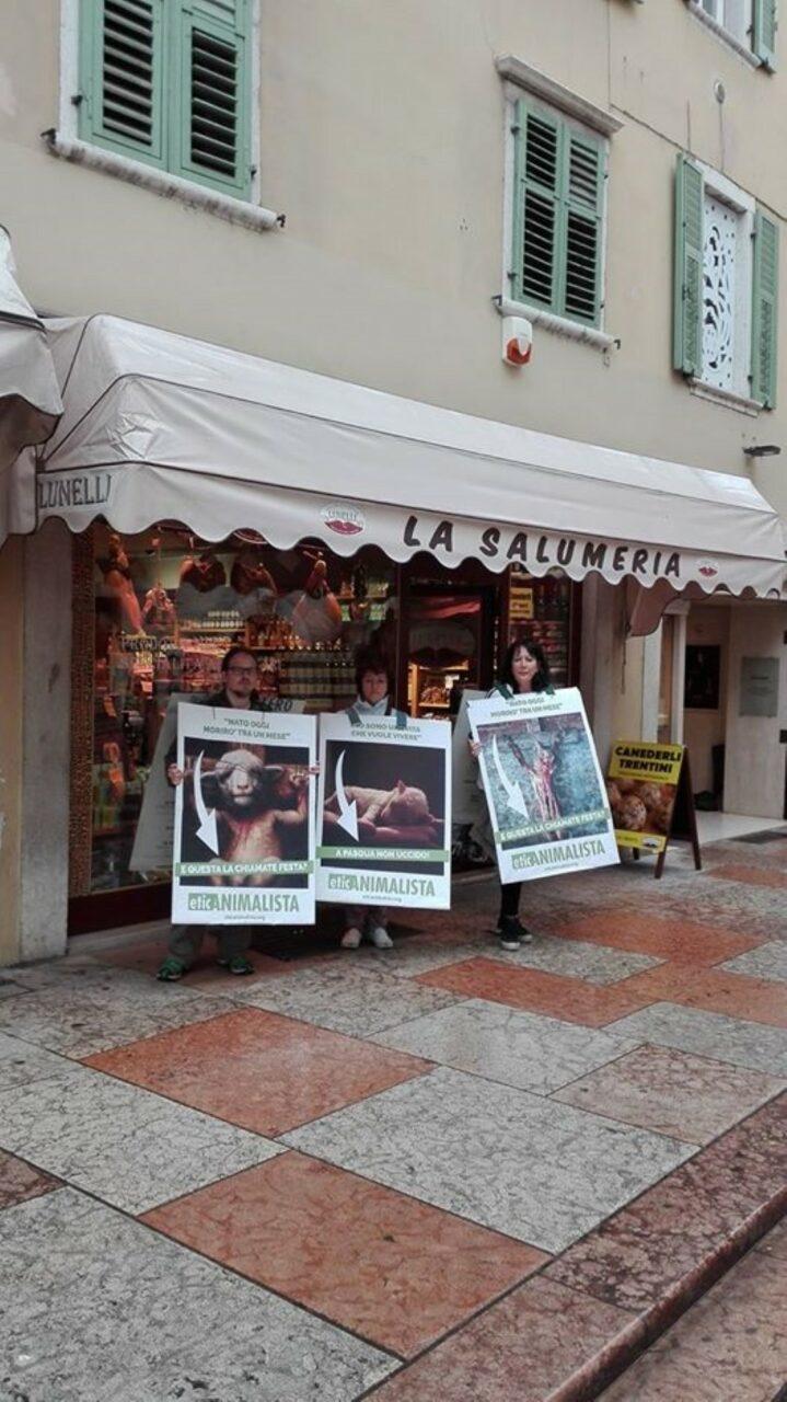 foto ieri - Manifestazione di protesta contro il massacro Pasquale degli agnelli e capretti 15 Aprile 2017