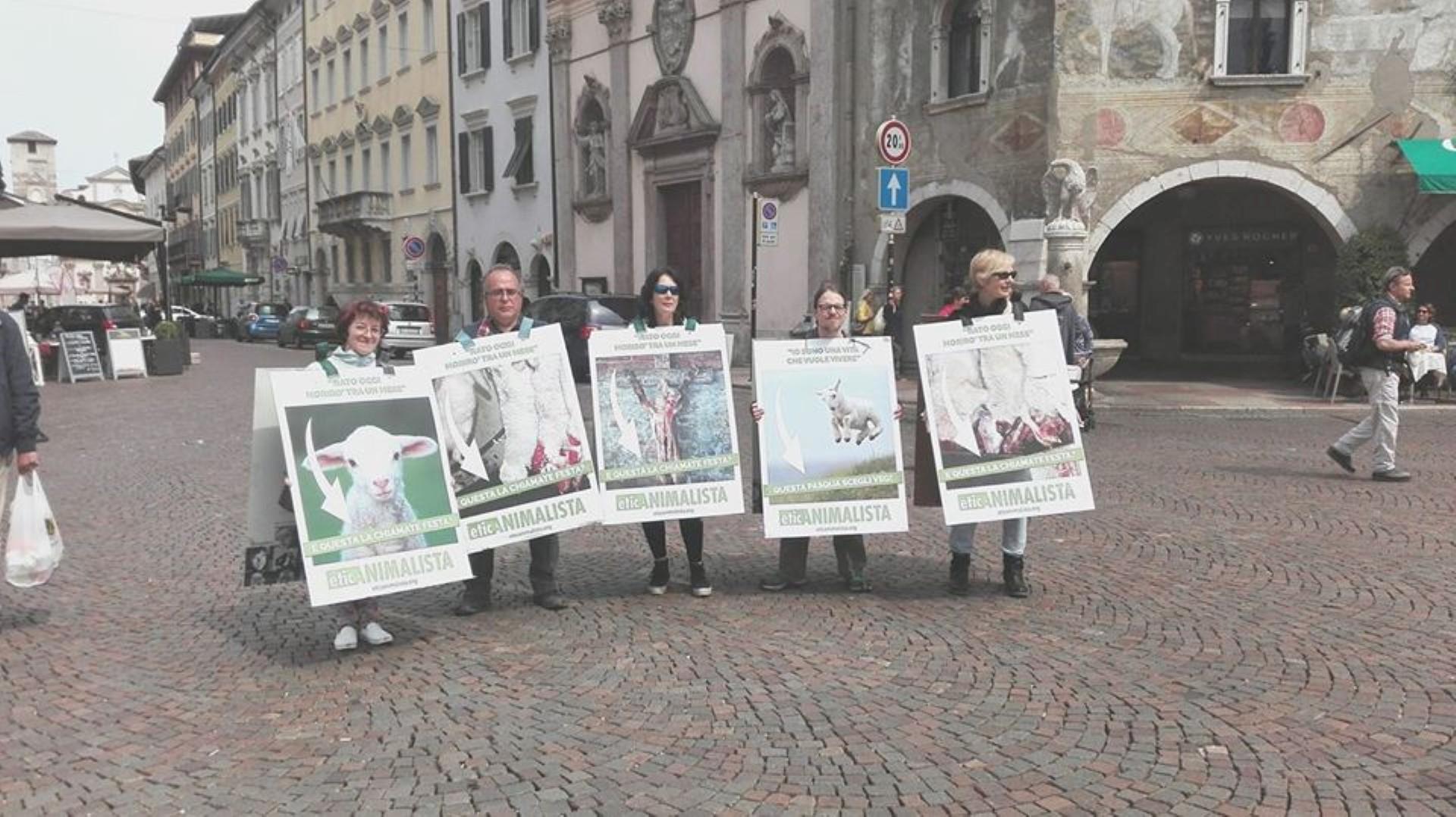 foto manif. agnelli 2 - Manifestazione di protesta contro il massacro Pasquale degli agnelli e capretti 15 Aprile 2017