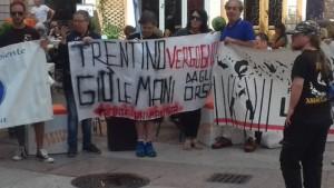 manifestazione orso 2 300x169 - Manifestazione presidio per l'uccisione dell'orso Kj2 - Sabato 19 Agosto